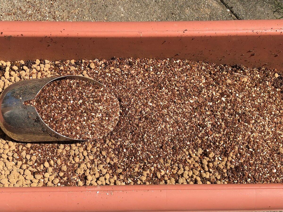 培養土に加えるバーミキュライトの写真